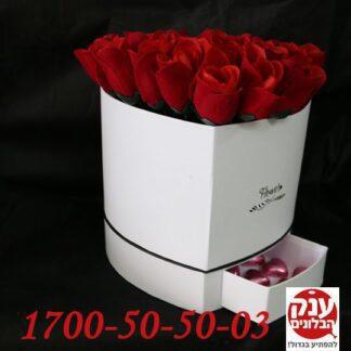 פרחים בקופסא לב