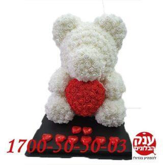 דובי פרחים עם לב אדום גדול ושוקולד
