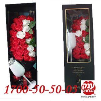 קופסת פרחים מלאכותיים עם שוקולד